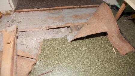 Geöffnete Bodenplatte zeigt die Sandfüllung der Decke